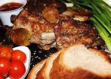 在一根骨头的油煎的肉用香料 图库摄影