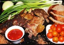 在一根骨头的油煎的肉用香料 免版税库存照片