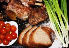 在一根骨头的油煎的肉用香料 免版税库存图片