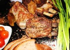 在一根骨头的油煎的肉用香料 免版税图库摄影