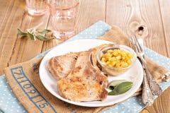 在一根骨头的猪肉炸肉排用苹果酸辣调味品 免版税库存图片