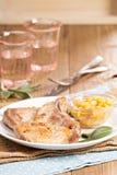 在一根骨头的猪肉炸肉排用苹果酸辣调味品 库存照片