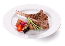 在一根骨头的肉牛排有菜的 免版税库存图片