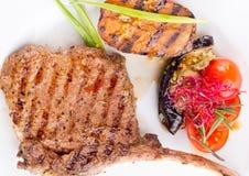 在一根骨头的肉牛排有菜的 免版税库存照片