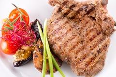 在一根骨头的肉牛排有菜的 库存照片