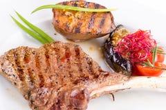 在一根骨头的肉牛排有菜的 库存图片