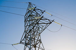 在一根主输电线的柱子的高压绝缘体 图库摄影
