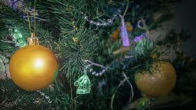 在一棵人为圣诞树的圣诞节玩具 免版税库存照片