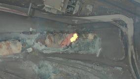 在一棵冶金植物倾吐从内燃机车坦克的溶解的炉渣 鸟瞰图 股票录像