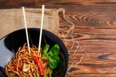 在一棵圆的板材、米线、圆白菜嫩卷心菜和油煎的菜的繁体中文盘 库存照片