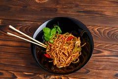 在一棵圆的板材、米线、圆白菜嫩卷心菜和油煎的菜的繁体中文盘 图库摄影