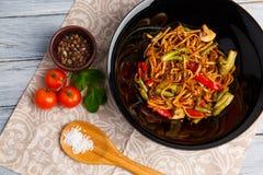在一棵圆的板材、米线、圆白菜嫩卷心菜和油煎的菜,红色西红柿的繁体中文盘 库存照片