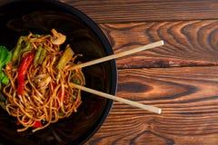 在一棵圆的板材的繁体中文盘、米线、圆白菜或者嫩卷心菜和油煎的菜 免版税库存图片