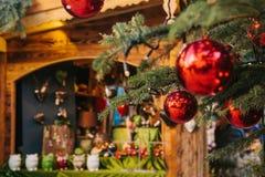 在一棵圣诞树的圣诞节装饰以红色球的形式 在背景中是圣诞节市场 概念 库存照片