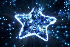 在一棵圣诞树的明亮的美丽的发光的星在晚上 免版税库存照片