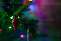 在一棵圣诞树的装饰与光 库存图片