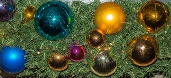 在一棵圣诞树的玻璃中看不中用的物品在苏黎世- 11 图库摄影