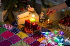 在一棵圣诞树附近的女孩与闪烁发光物 免版税库存照片
