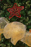 在一棵大圣诞树的详细的装饰 免版税库存照片
