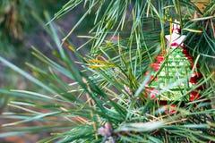 在一棵新年树的分支的圣诞树玩具 免版税库存图片