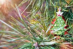 在一棵新年树的分支的圣诞树玩具 库存照片