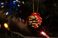 在一棵新年树的金黄锥体 免版税库存图片