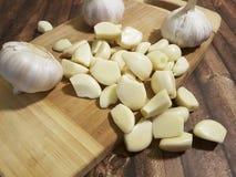 在一棵木背景菜的大蒜 免版税库存照片