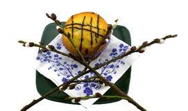 在一棵板材和杨柳的杯形蛋糕在白色背景 免版税库存照片