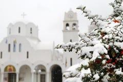 在一棵树和一个教会下雪在背景中 库存照片