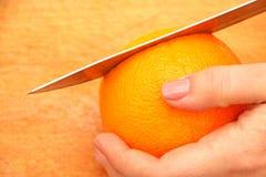 在一棵树的切的桔子在微粒在厨房里 免版税库存图片