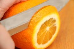 在一棵树的切的桔子在微粒在厨房里 免版税图库摄影