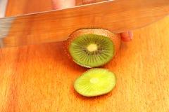 在一棵树的切的猕猴桃在直到末端的圈子 免版税库存图片