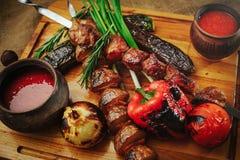 在一棵树的烤肉和菜葱蕃茄和胡椒精妙的服务用调味汁和新鲜蔬菜,舒适restauran 库存图片