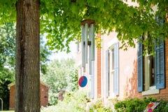 在一棵树的风铃在后院 免版税库存照片