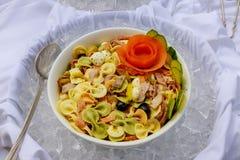 在一棵煮熟的新鲜的春天彩虹红萝卜的桌射击的凉拌生菜 库存图片
