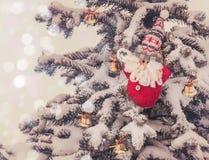 在一棵积雪的云杉的圣诞节玩具 大量生产 减速火箭的t 免版税库存照片