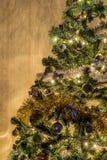 在一棵绿色家庭杉树的圣诞节装饰 库存照片