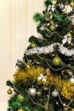 在一棵绿色杉树的圣诞节装饰与与LED光 免版税图库摄影