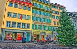 在一棵美丽的圣诞树附近的街道咖啡馆在Muhlenplatz 免版税图库摄影