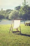 在一棵草的轻便折叠躺椅在海滩附近 免版税库存照片