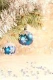 在一棵蓝色云杉的分行的蓝色圣诞节球 库存照片