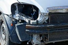 在一次事故以后的灰色汽车与一盏残破的灯和防撞器 免版税库存照片