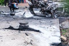 在一次事故以后的被烧的汽车在路 在事故的现场的警察 库存图片