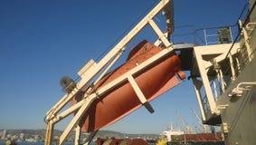 在一次事故的情况下一艘救生艇在口岸或在船 的treadled 图库摄影