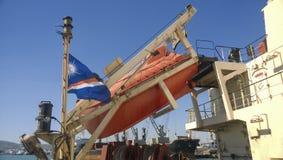 在一次事故的情况下一艘救生艇在口岸或在船 的treadled 库存图片