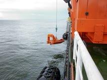在一次事故的情况下一艘救生艇在口岸或在船 的treadled 库存照片