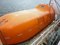 在一次事故的情况下一艘救生艇在口岸或在船 的treadled 免版税图库摄影