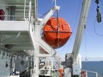 在一次事故的情况下一艘救生艇在口岸或在船 的treadled 免版税库存图片