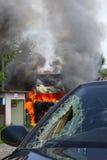 在一次事故的灼烧的卡车与汽车,打破的玻璃 免版税图库摄影