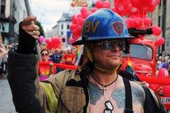 在一次同性恋自豪日游行期间的一位消防员 免版税库存图片